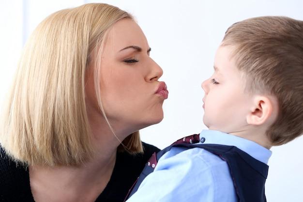 愛らしい子供を持つ母