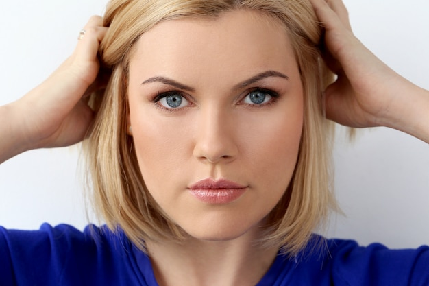 Привлекательная женщина голубых глазов