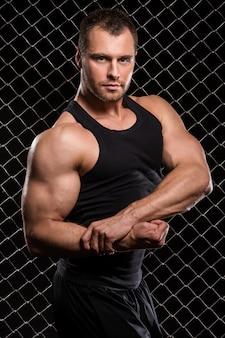 強い男と彼の筋肉