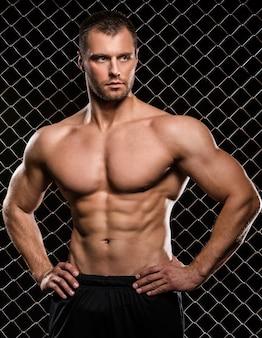 Сильный человек и его мышцы