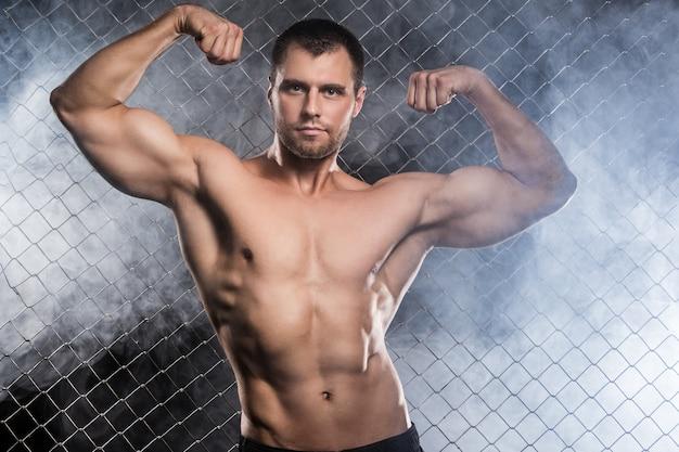 フェンスの上の強い男