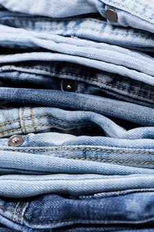 Крупным планом кучу джинсов