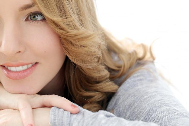 Красивая женщина с милой улыбкой