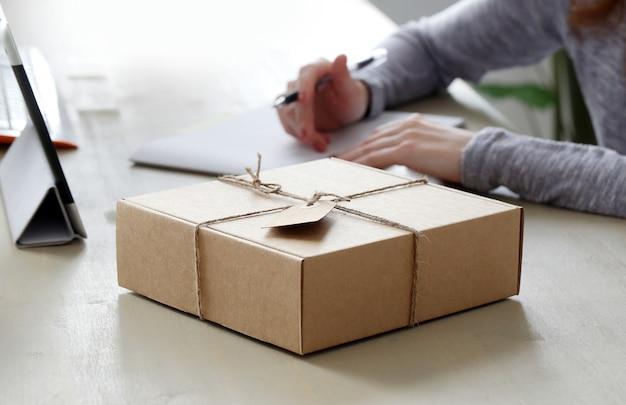 Пакет на столе