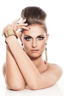 Красивая молодая женщина с вечерним макияжем