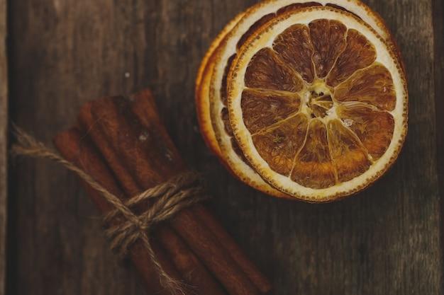 Ломтики апельсинов и корицы
