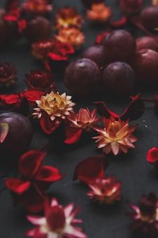 Сухие цветы и виноград