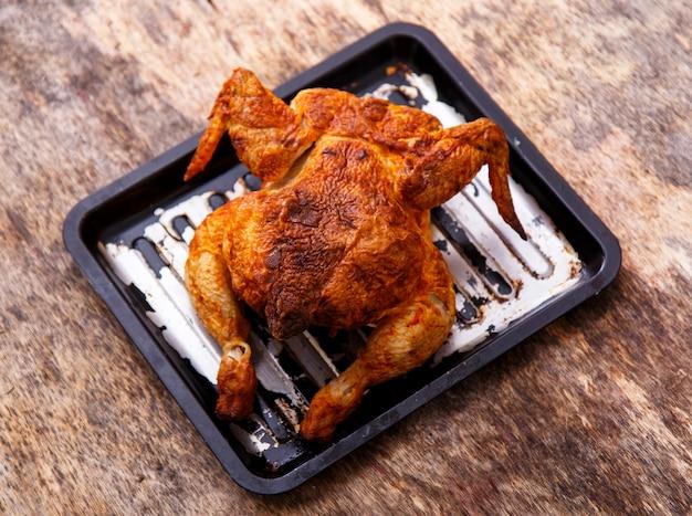 Вкусная курица на столе