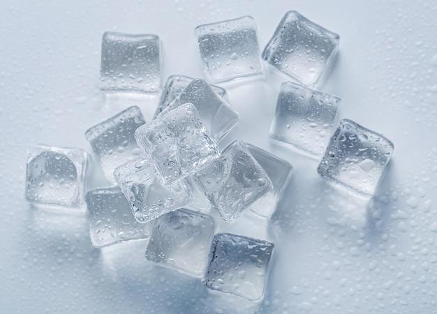 Кубики льда на столе