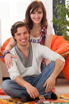 自宅で若い美しいカップル