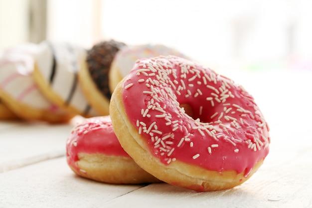 Свежие вкусные пончики с глазурью