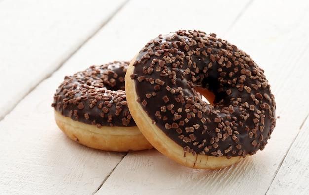 Свежие вкусные пончики с шоколадной глазурью