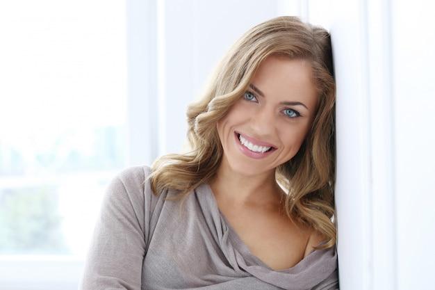 笑顔の美しい女性