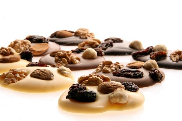 Кусочки шоколада с орехами