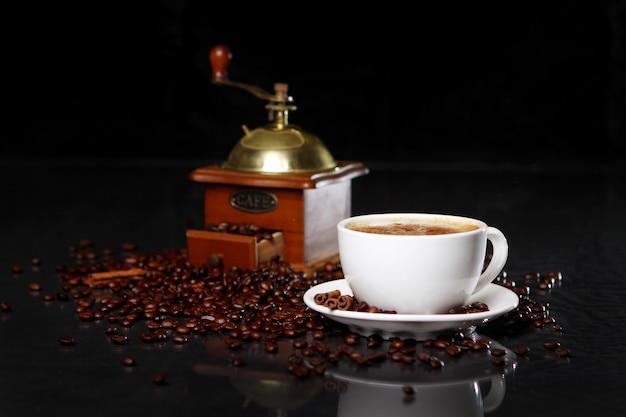 周りのコーヒー豆とテーブルの上のコーヒーミル