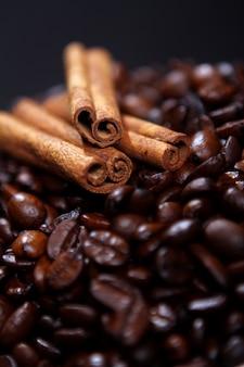 Кофе в зернах и палочки корицы