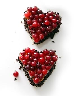 Вкусный пирог в форме сердца на столе