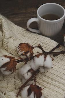 木製のテーブルの木製テーブルに綿の花