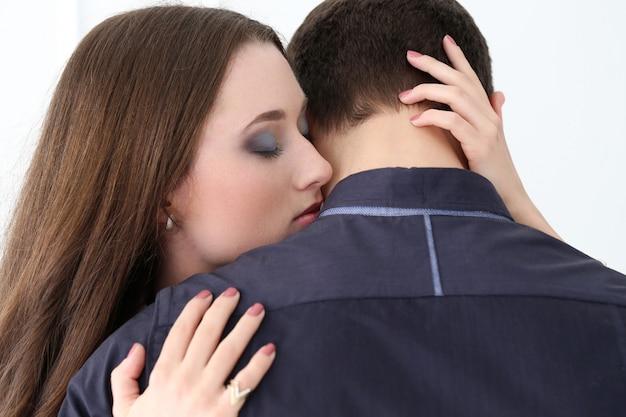 Красивая, счастливая пара обнимаются