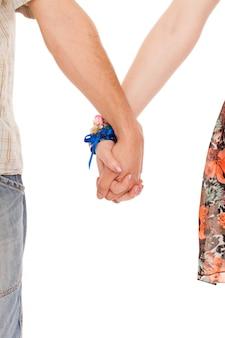 ロマンチックな白人カップルの手