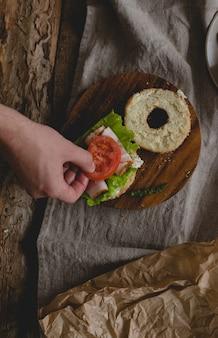 サンドイッチを持つ男