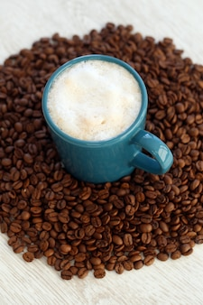 真ん中にマグカップとコーヒー豆