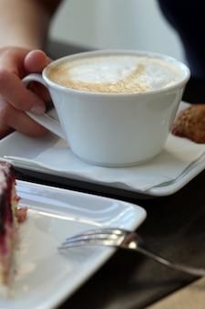 Кофейная чашка на столе