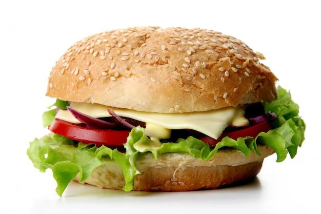 サラダと玉ねぎ入りの新鮮なハンバーガー