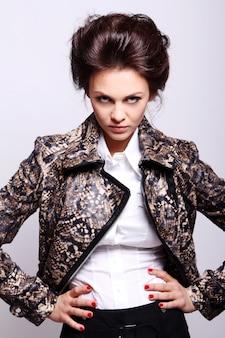 Привлекательная женщина в кожаной куртке