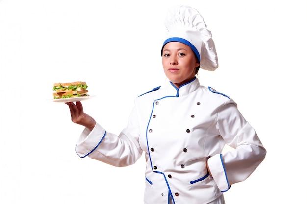 Женщина шеф-повар с бутербродом