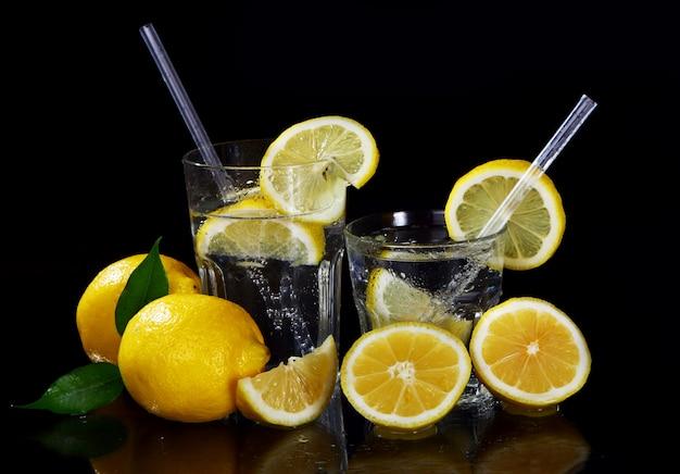 新鮮なレモンのカクテル