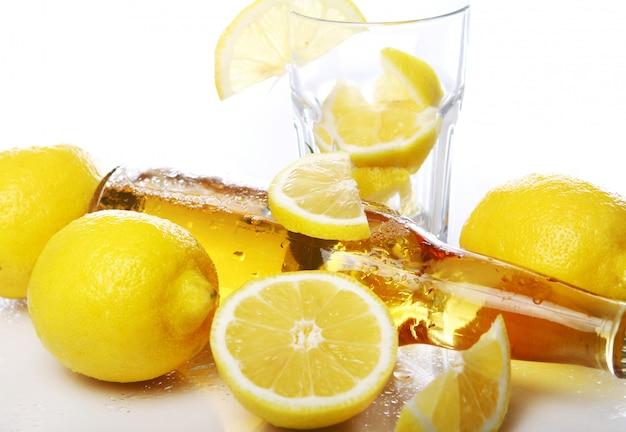 新鮮なレモンと冷たいビールのボトル