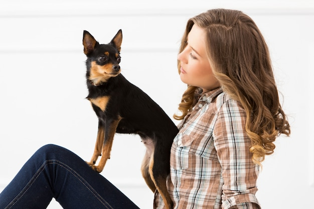Красивая девушка с собакой
