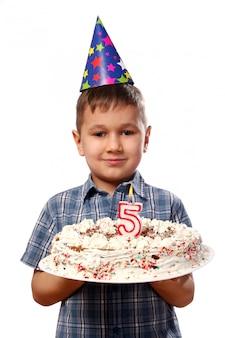 彼の誕生日にろうそくを吹く少年