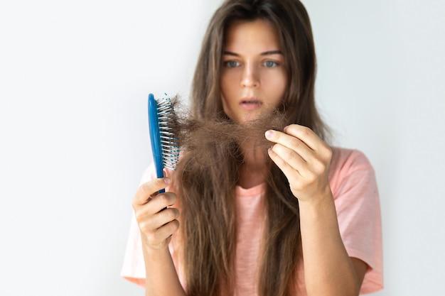 若い女性は脱毛のために動揺しています