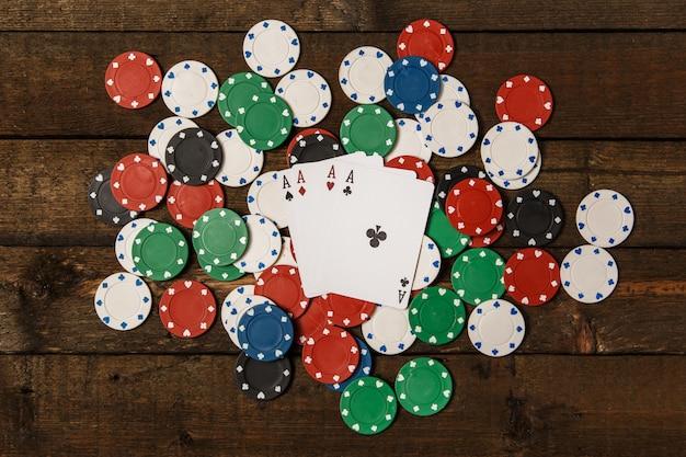 Покерные карты и фишки