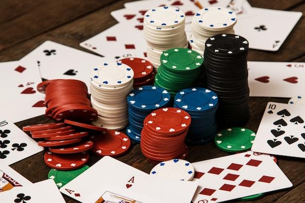 ポーカーカードとチップ