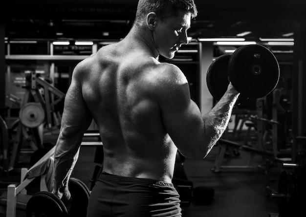 Человек во время тренировки в тренажерном зале