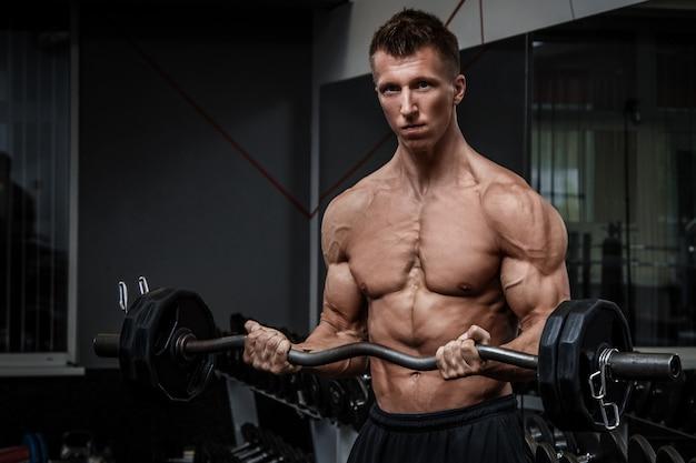腕を鍛える筋肉男