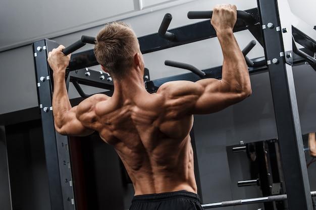 彼の背中をトレーニング筋肉の男