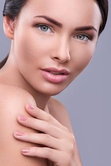 裸の化粧を持つ女性