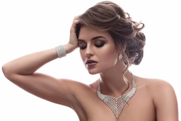 美しい宝石とゴージャスな女性