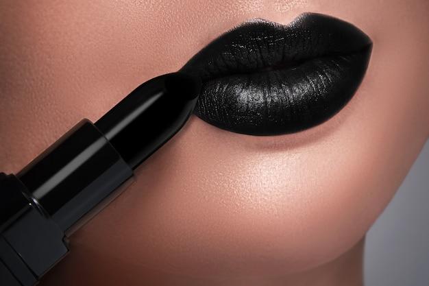 Черные женские губы и помада