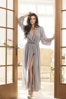 美しいシルクのドレスでゴージャスな女性