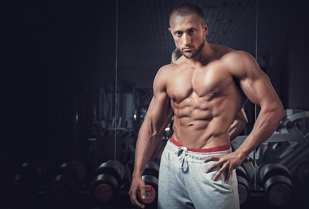 若い筋肉男