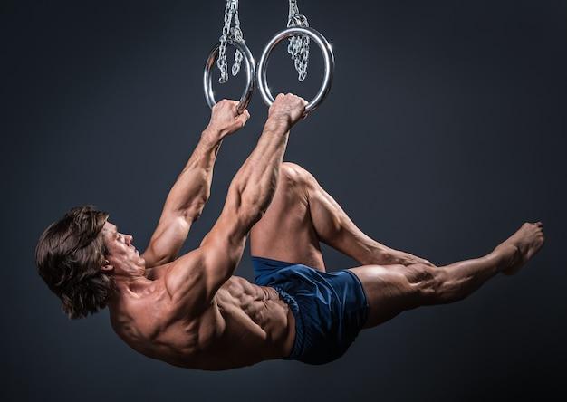 Сильный гимнаст на кольцах