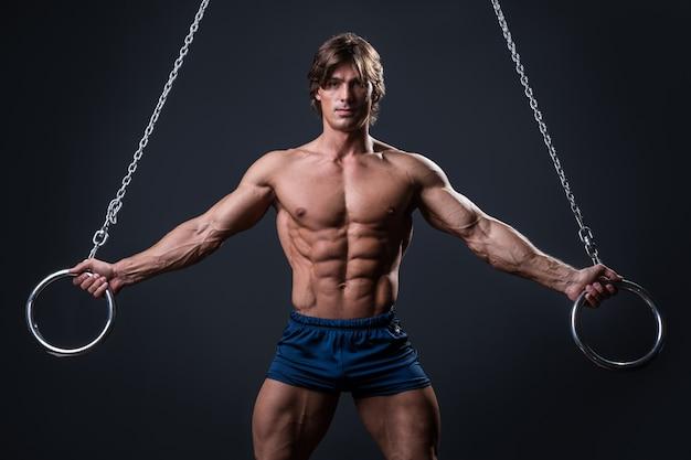 Мускулистый мужчина и металлические кольца