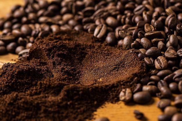 木製の表面上のコーヒー豆