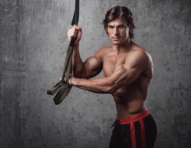 Человек во время тренировки с подвесными ремнями