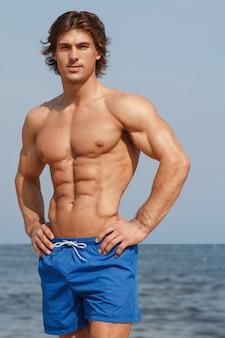 ビーチで筋肉の男